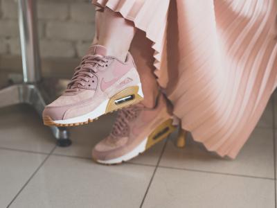 С плисирана пола, топла жилетка и маратонки в нежен цвят